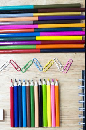 engrapadora: objetos de oficina y papelería colorido arte en la mesa de madera con un bloc de notas. Foto de archivo