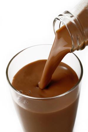 vaso de leche: La leche con chocolate en el fondo blanco