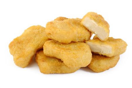 nuggets de pollo: Nuggets de pollo frito aisladas sobre fondo blanco Foto de archivo