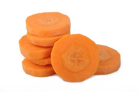 zanahoria: Rodajas de zanahorias frescas sobre fondo blanco Foto de archivo