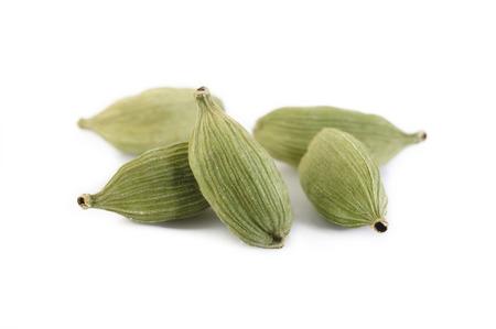 zielone strąki kardamonu na białym tle
