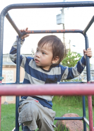 obesidad infantil: Un ni�o feliz en un patio de recreo.