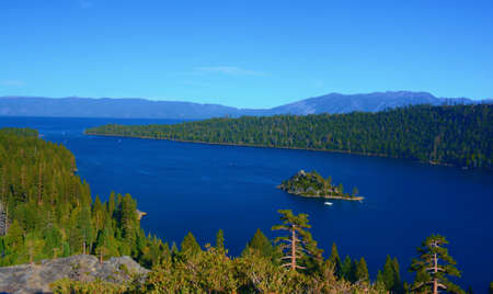 Scenic panoramic vista on iconic Emerald Bay and Fannette Island - Lake Tahoe Basin, California. Standard-Bild
