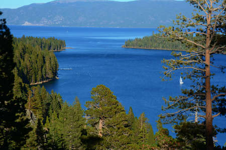 Set in tall pines overlooking scenic Emerald Bay, iconic Inspiration Point towers 600 feet above Lake Tahoe, California. Standard-Bild