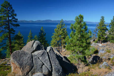 Tranquil sunny vista on Logan Shoals, a scenic overlook on the eastern shoreline of Lake Tahoe, Nevada. Standard-Bild