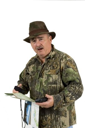 national forest: El hombre en ropa de camuflaje utilizando mapas forestales nacionales y dos del gps, para comprobar la posici�n sobre un fondo blanco
