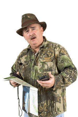 national forest: El hombre en ropa de camuflaje utilizando mapas forestales nacionales y dos gps y a�n perdido en un fondo blanco  Foto de archivo