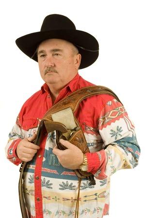 vistiendose: Old Cowboy vestirse con funda y pistola sobre el hombro