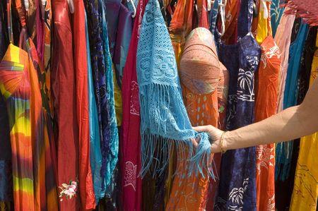 ストリート ベンダー カラフルなアフリカ印刷衣料品販売のための眺めの女性 写真素材