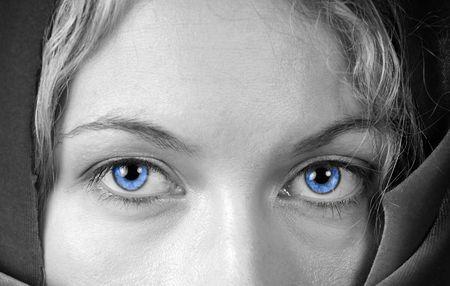 Zwart-wit van een mooie vrouw met een prachtig blauwe ogen Stockfoto