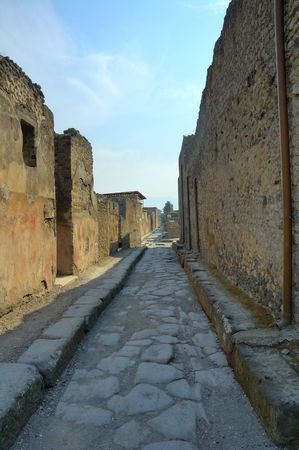 Estrecha calle de adoquines en la ciudad de Pompeya, sur de Italia Foto de archivo - 4391842