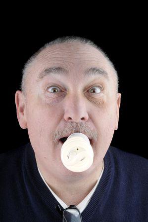 alight: La strada per il futuro della conservazione ecologica utilizzando meno energia in un modo humorus con un uomo con una fluorescente bilb scendere in bocca!