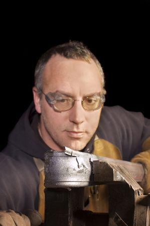 加熱金属にドキドキ装飾手すりに取り組んでいる鍛冶屋