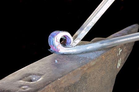 加熱金属を曲げ装飾手すりに取り組んで鍛冶屋 写真素材