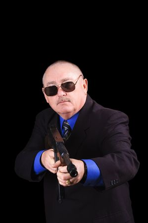 machine-gun: Gangster of regering agent, FBI-agent, met een geweer wees op de kijker over een zwarte achtergrond