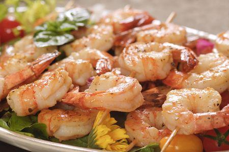 prawn: Almuerzo de camar�n en un pincho, con setas, pasta, coliflor, pimientos rojos y cebollas en un plato de Navidad.