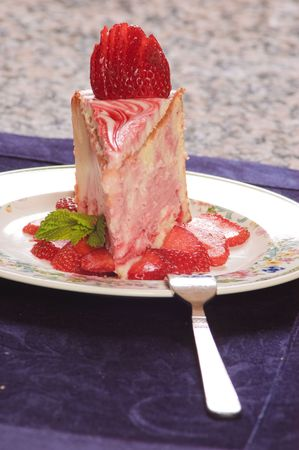 Plate of strawberry cheescake with fresh strawberries Imagens