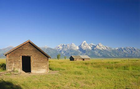 teton: Granai sulla prateria nel parco nazionale Teton Archivio Fotografico