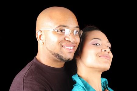 couple enlac�: Belle jeune couple african-american embrassant Banque d'images