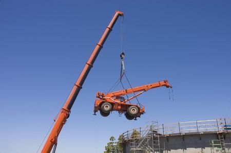 carga: Gr�a gran levantamiento peque�a gr�a desde dentro de un proyecto de construcci�n del tanque de agua concretas