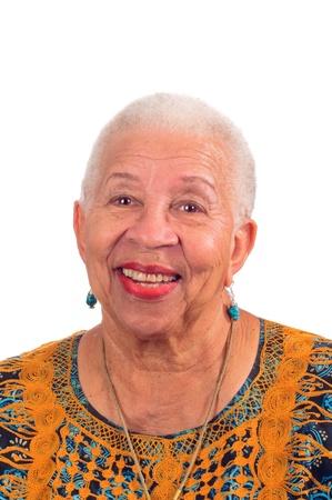 Estados unida anciana sonriendo desde una agradable sorpresa