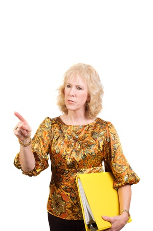 quizzical: mujer de negocios mayor celebraci�n de un libro o contabilidad y apuntando a algo con una mirada quizzical