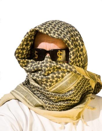 Arabische man met zonnebril op die hebben dollartekens op hen vertegenwoordigen petro dollars, macht, economische macht, kracht en controle