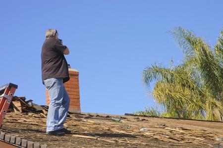fotograaf documenteren schade aan een dak Redactioneel