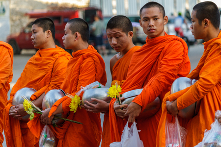 CHIANG MAI, THAILAND - 1/8/2016: Young monks collect donations in Chiang Mai, Thailand. Éditoriale