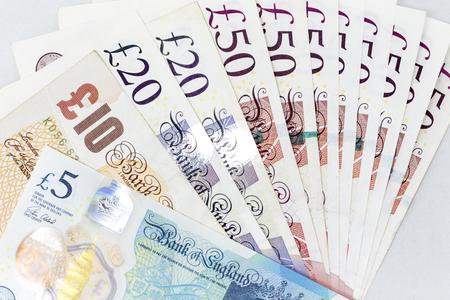 billets de banque répartis à travers le livre britannique sterling livre dans une grande dénomination