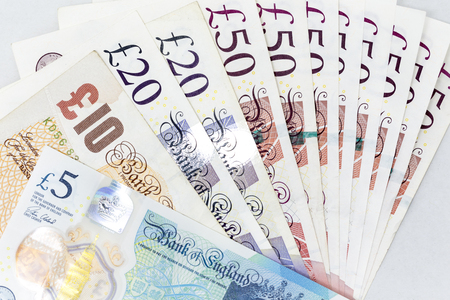 Currency banknotes spread across frame british pound sterling in various denomination Banque d'images