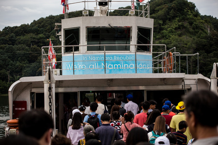 Many people boarding ferry to Nami Island Seoul South Korea, boat ride is 10 minutes. Redactioneel