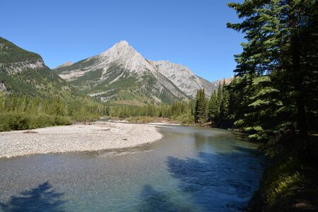 Kananaskis River View with Rocky Mountains in the Background 스톡 콘텐츠