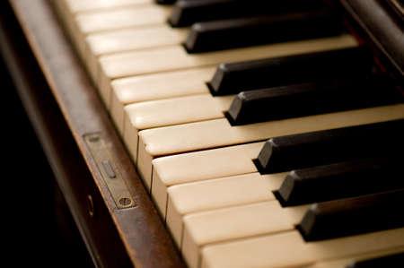 Close-up van een oude piano.