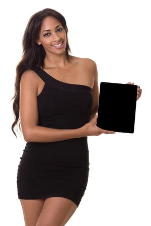 Verfijnde vrouw houdt een lege tablet computer