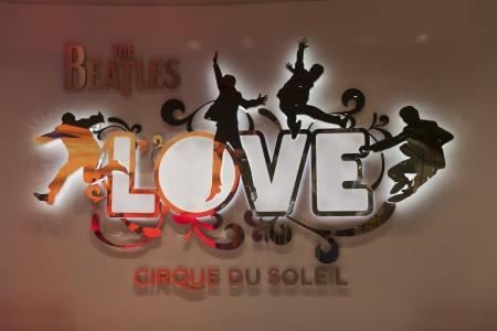 LAS VEGAS - 2013년 8월 11일 - 2013년 8월 11일에 미라지에서 비틀즈는 미국 라스 베이거스에서 28 고해상도 프로젝터의 총 사랑의 생산에 사용되는 에디토리얼