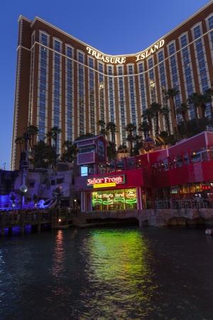 schateiland: LAS VEGAS - 21 juni 2013 - Treasure Island, 21 juni 2013 in Las Vegas Treasure Island Ontvangen de AAA Four Diamond Award voor het 15e achtereenvolgende jaar in 2013 Redactioneel