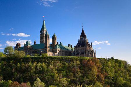Canadese Parlement op de top van de heuvel met een mooie zomerse dag  Stockfoto