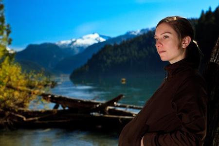 provincial tourist area: Retrato de ni�a bonita en el lago de Cheakamus en Garibaldi Provincial, Columbia Brit�nica, Canad� Foto de archivo