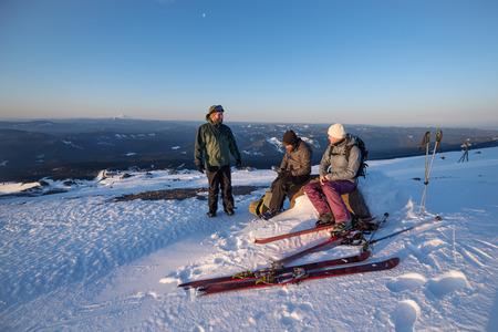 산에서 고산 여행하는 동안 휴식하는 동안 대화하는 친구의 그룹.