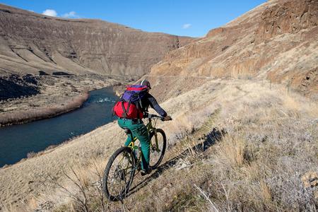 화창한 날에 Deschutes 협곡을 통해 타고 산악 자전거.