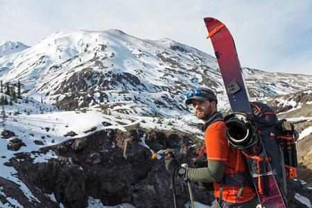 마운트 세인트 Helens에 눈에 도달 그의 splitboarding 장비와 하이킹 젊은 남자.