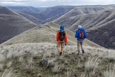 Central Oregon의 광활한 전망을 가진 산을 걷는 친구들.
