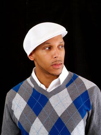 Jonge zwarte man in de witte dop en trui
