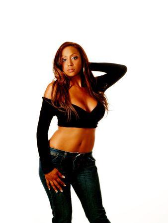 Jonge vrouw in zwarte trui blauwe jeans blote buik