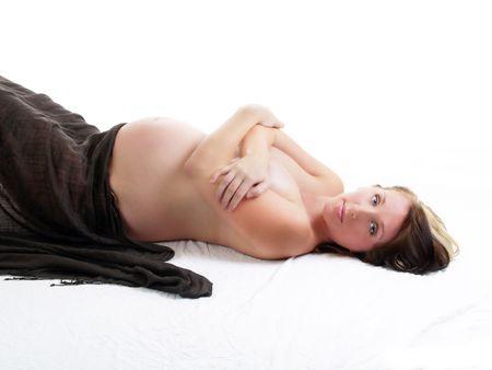 Joven desnuda principio mujer embarazada en el piso cubierto los senos Foto de archivo - 3757233