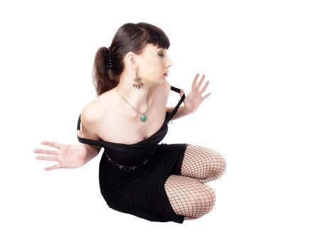 bas r�sille: femme portant robe noire collier boucles d'oreilles de bas