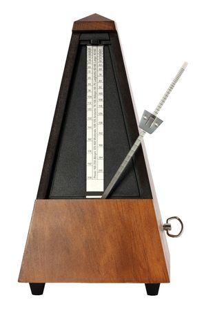 白い背景の上の木製ワインド アップ音楽メトロノーム