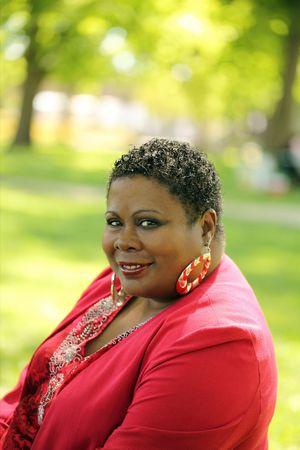 femmes africaines: Grande femme afro-am�ricaine outdoor portrait vert Banque d'images