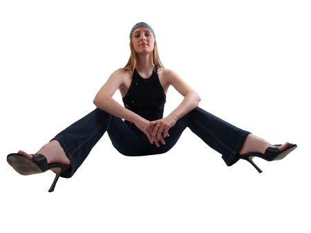 jambes �cart�es: Jeune femme caucasienne assis avec les jambes �cart�es en jeans et talons